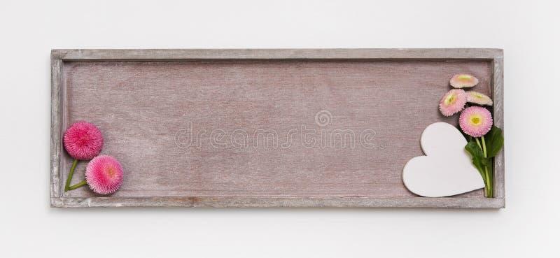 Segno di legno per un fondo o cartolina d'auguri con un cuore e una d immagini stock libere da diritti