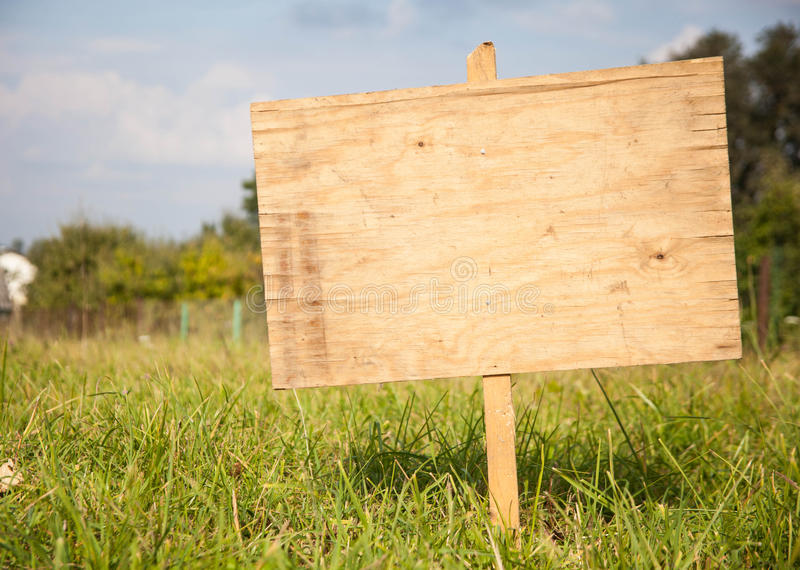Segno di legno rurale di estate o della primavera fotografia stock