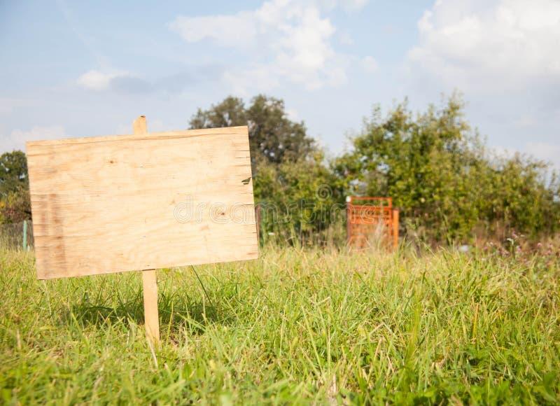 Segno di legno rurale di estate o della primavera fotografia stock libera da diritti