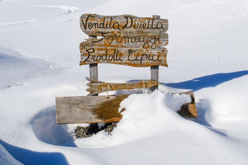 Segno di legno sulla montagna fotografie stock