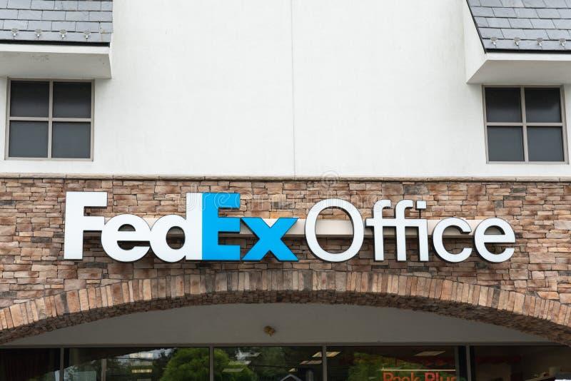 Segno di logo dell'ufficio di Fedex sopra l'entrata immagine stock libera da diritti