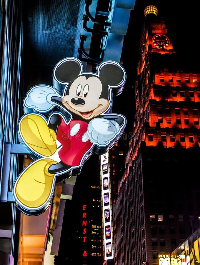 Segno di Mickey Mouse che appende deposito esterno in Times Square, New York immagini stock