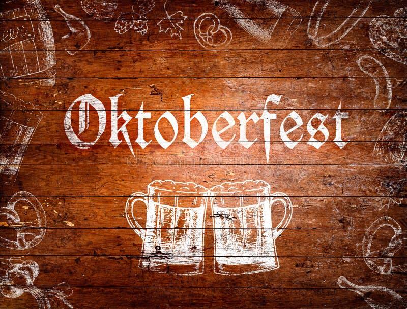 Segno di Oktoberfest, tazze di birra, disegni di gesso, fondo di legno royalty illustrazione gratis