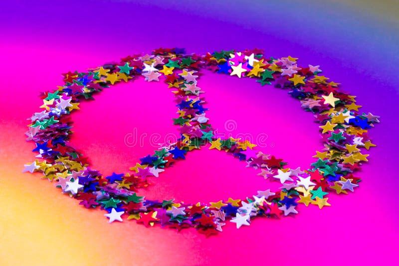 Segno di pace del hippy fatto delle stelle del Rainbow fotografia stock
