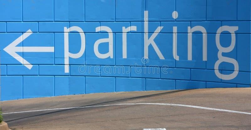 Segno di parcheggio all'entrata del garage fotografia stock