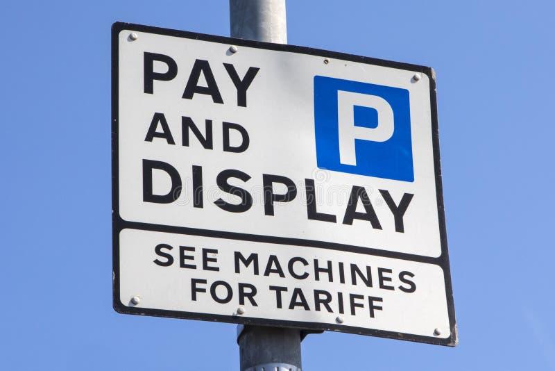 Segno di parcheggio dell'esposizione e di paga fotografia stock