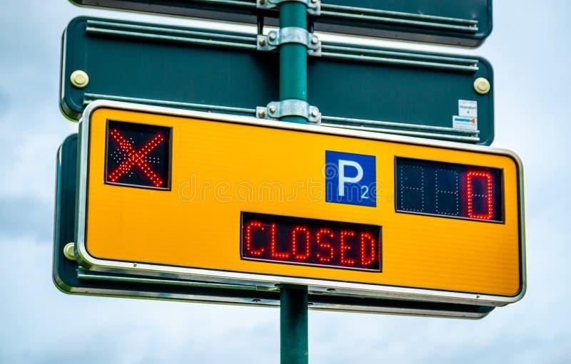 Segno di parcheggio moderno giallo fotografia stock libera da diritti