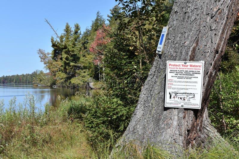 Segno di precauzione di ecosistema del adirondack del lago Massawepie immagini stock