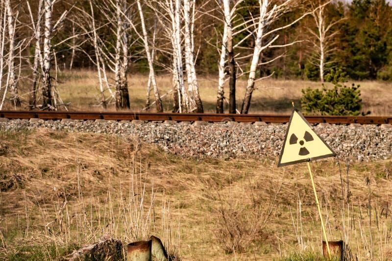 Segno di radiazione ionizzante vicino alla zona della centrale atomica di Cernobyl di alienazione immagini stock libere da diritti