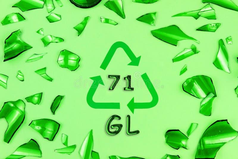 Segno di riciclaggio di vetro con i vetri fotografie stock