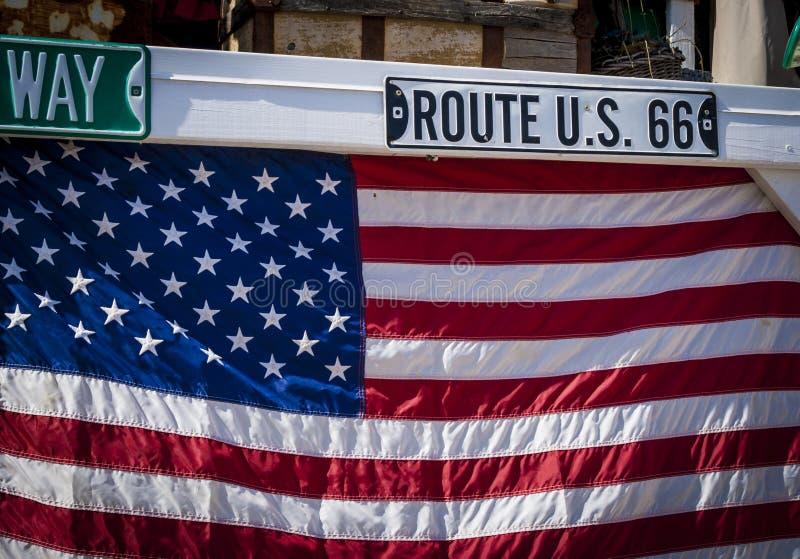 Segno di Route 66 e bandiera nazionale americana fotografia stock libera da diritti