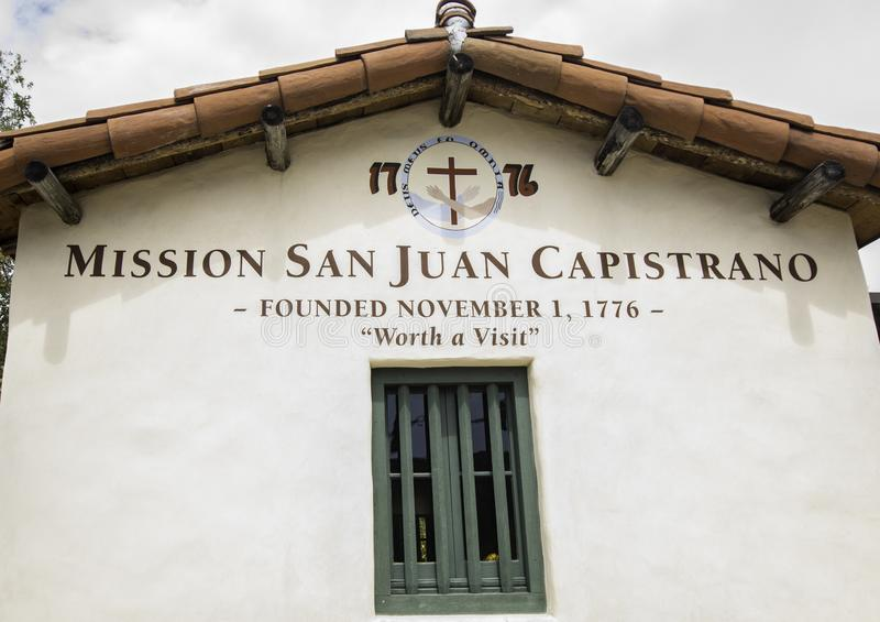 Segno di San Juan Capistrano di missione all'entrata al cortile fotografia stock libera da diritti