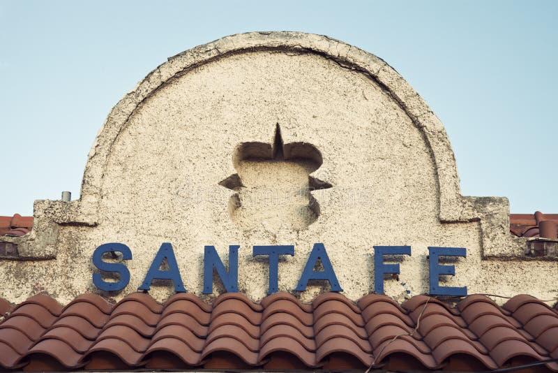 Segno di Santa Fe veduto sulla costruzione immagine stock