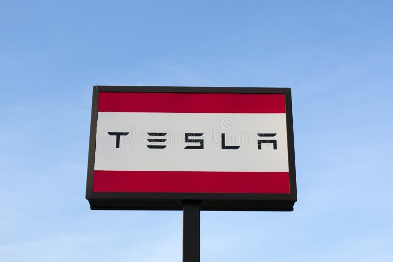 Segno di Tesla ad una gestione commerciale fotografie stock libere da diritti