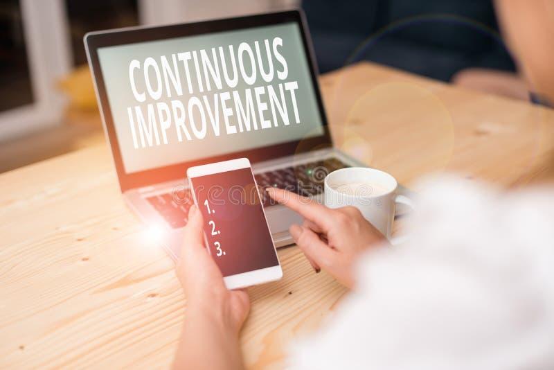 Segno di testo che mostra Miglioramento continuo Foto di tipo concettuale in corso per migliorare prodotti o processi il laptop f fotografia stock
