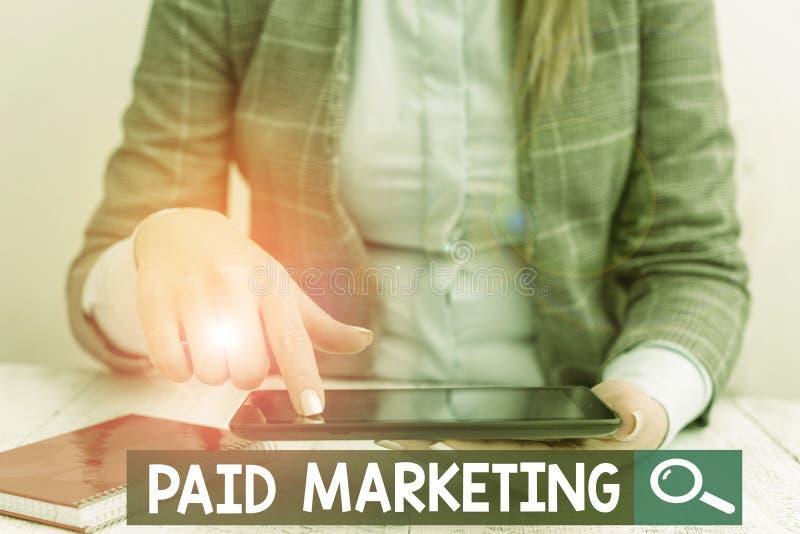 Segno di testo che mostra Paid Marketing I rivenditori di foto concettuali pagano il proprietario di spazi pubblicitari per l'uti fotografie stock