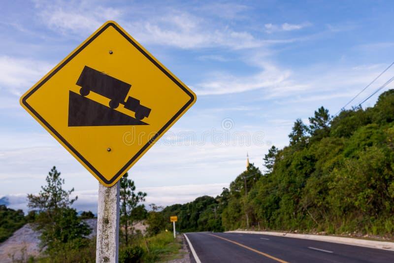 Segno di traffico stradale del pendio ripido immagine stock