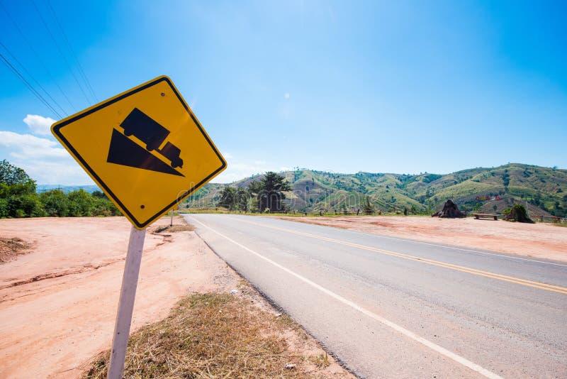 Segno di traffico stradale del pendio ripido sulla strada immagine stock