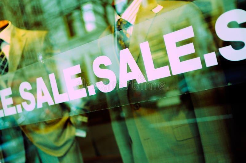 Segno di vendita sulla finestra di vetro immagini stock