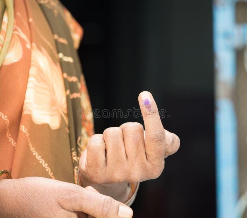 Segno di voto di rappresentazione della mano di una donna indiana dopo la votazione del voto immagini stock