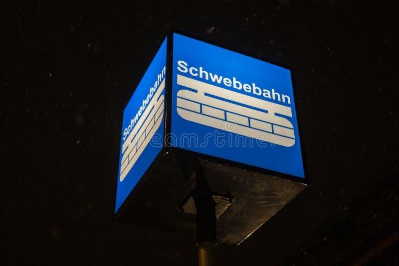 Segno di Wuppertal Germania del treno di Schwebebahn su una sera di inverno fotografie stock
