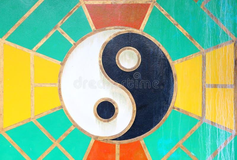 Segno di yin yang sulla parete di lerciume del tempio cinese in Tailandia immagine stock libera da diritti