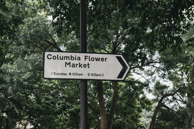 Segno direzionale al mercato del fiore di Colombia a Londra, Regno Unito fotografia stock