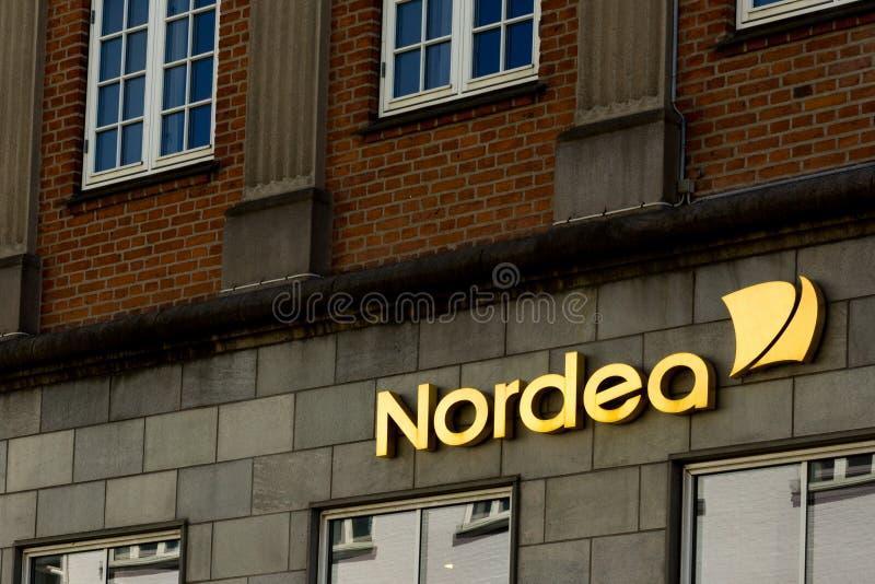 Segno dorato di Nordea su una parete fotografia stock libera da diritti