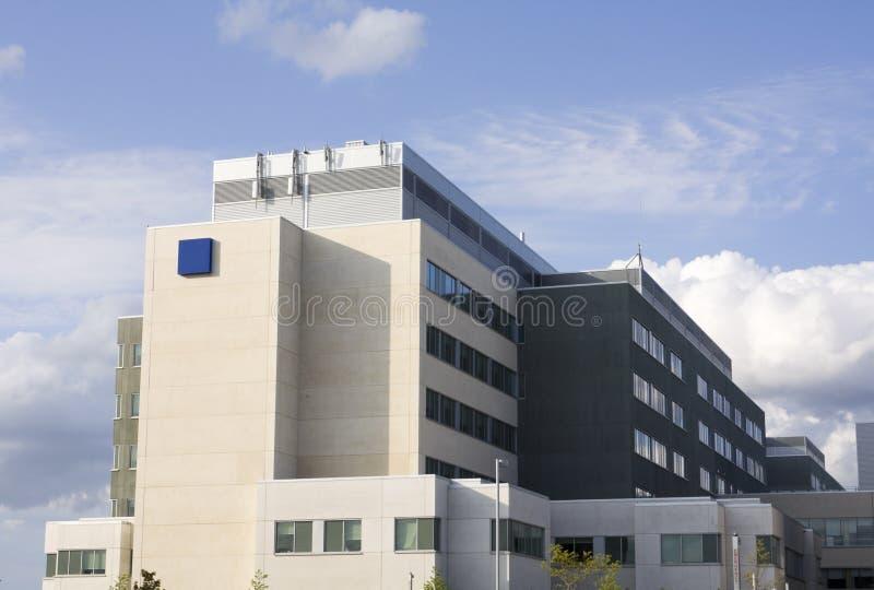 Segno e costruzione moderni di emergenza dell'ospedale fotografia stock