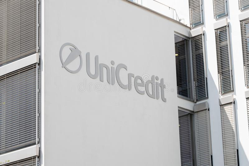 Segno e logo di UniCredit su costruzione immagini stock