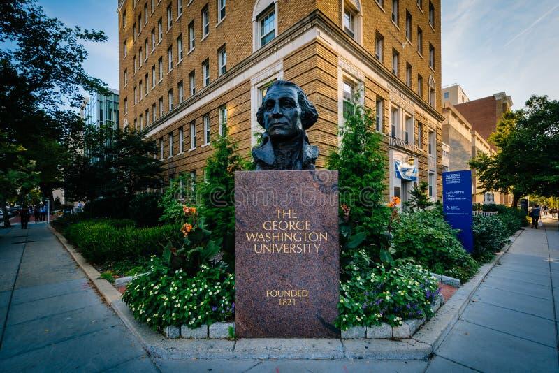 Segno e statua a George Washington University, a Washington, immagini stock libere da diritti