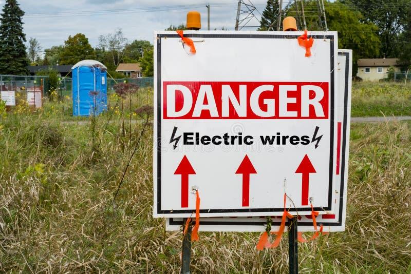 Segno elettrico dei cavi del pericolo fotografia stock