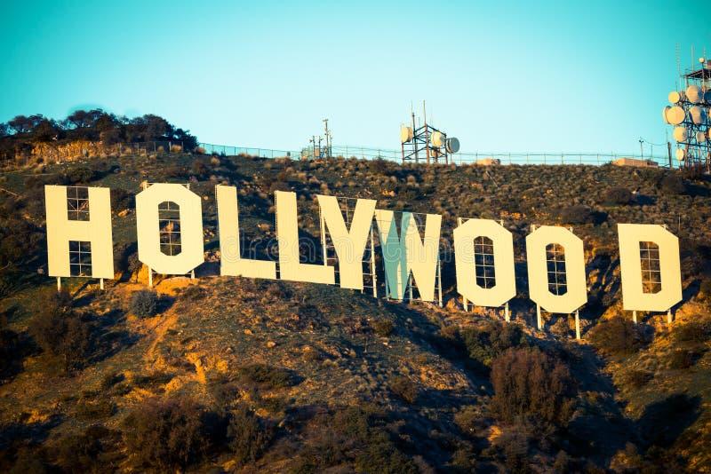 Segno famoso di Hollywood con il cielo blu nei precedenti immagine stock