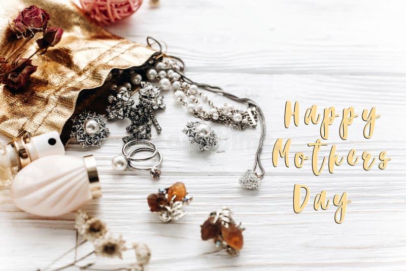 Segno felice del testo di giorno del ` s della madre sul profumo costoso di lusso dei gioielli immagini stock libere da diritti