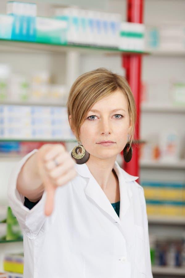 Segno femminile di Showing Thumbs Down del farmacista immagini stock