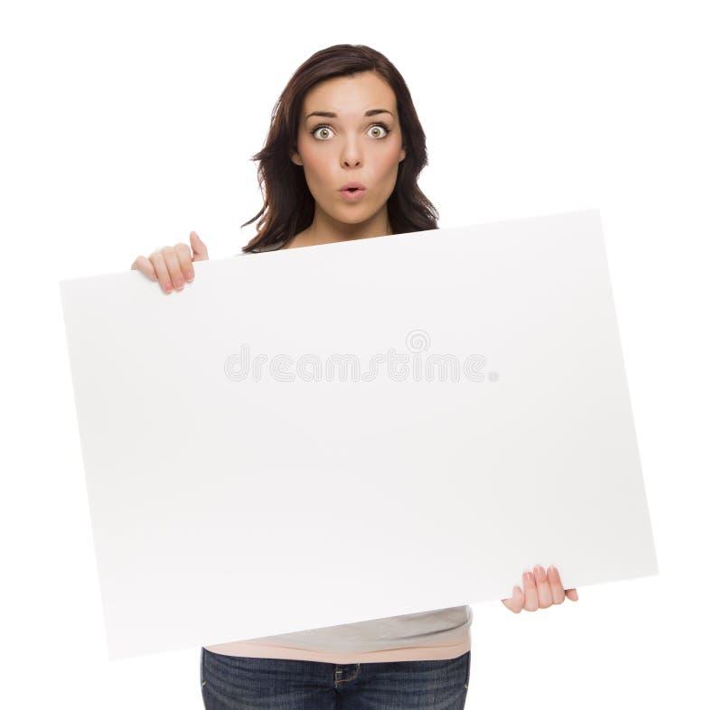 Segno femminile largamente osservato dello spazio in bianco della tenuta della corsa mista su bianco immagine stock