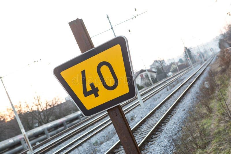 Segno ferroviario per l'espulsione di treni nelle zone rurali fotografia stock