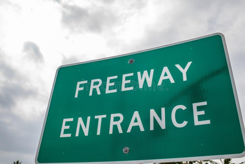 Segno generico dell'entrata dell'autostrada senza pedaggio con un cielo grigio immagine stock