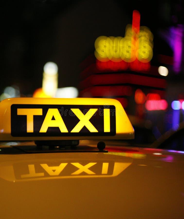 Segno giallo del tassì sul tetto dell'automobile fotografia stock libera da diritti