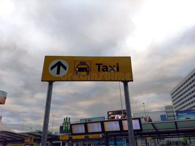 Segno giallo del taxi fotografia stock