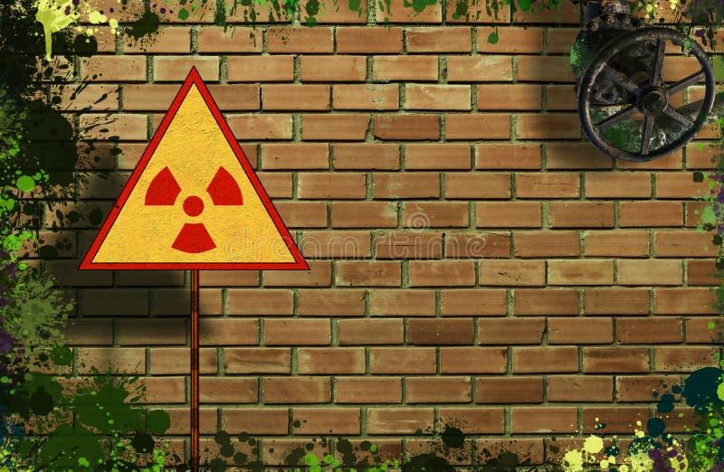 Segno giallo del triangolo con un simbolo radioattivo internazionale sul fondo sudicio e sporco del muro di mattoni Modello di Di fotografia stock libera da diritti