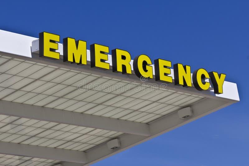 Segno giallo dell'entrata di emergenza per un ospedale locale VIII fotografia stock
