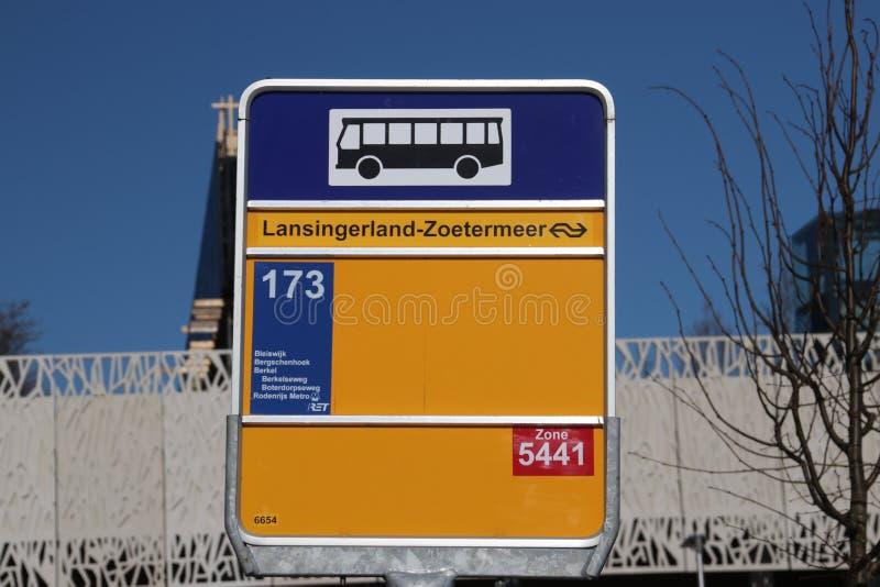 Segno giallo della fermata dell'autobus per la linea 173 di RET alla stazione ferroviaria nuovissima Zoetermeer-Lansingerland nei immagini stock
