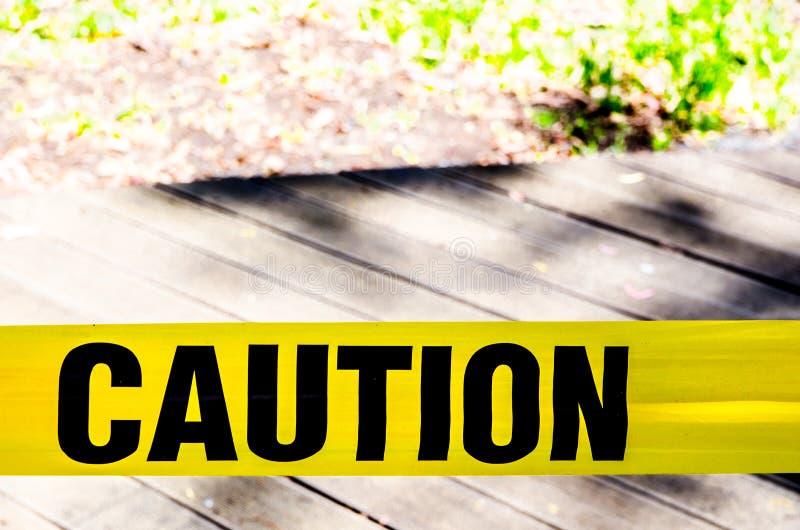Segno giallo di cautela, nastro di rischio migliorare sicurezza del posto di lavoro immagine stock