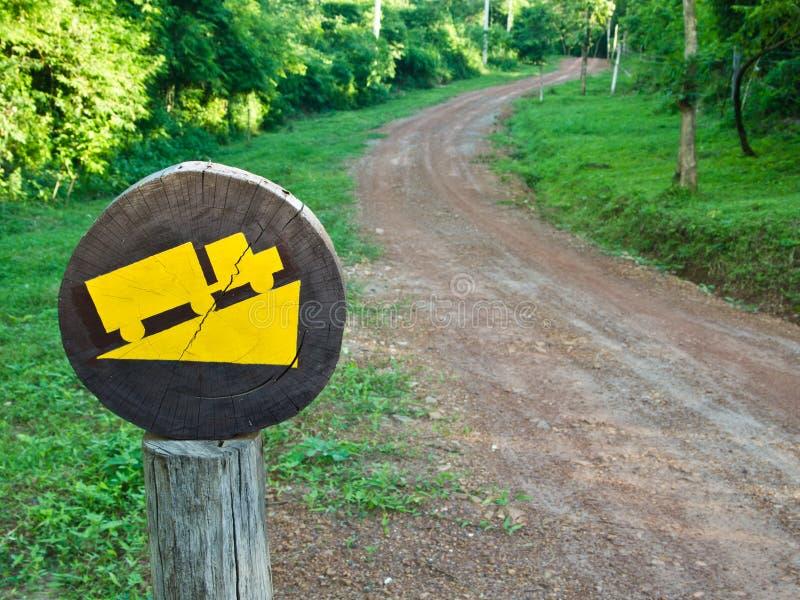 Segno giallo sul bordo della strada immagine stock