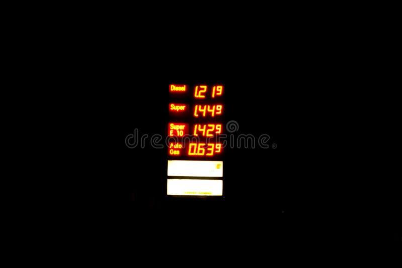 Segno illuminato della stazione di servizio con i prezzi di combustibile correnti photgraphed alla notte fotografie stock