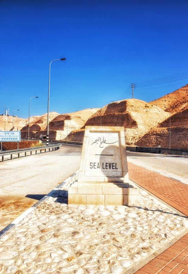 Segno, indicatore del livello del mare, sulla strada da Gerusalemme al mar Morto, Cisgiordania, Israele, Medio Oriente fotografia stock libera da diritti