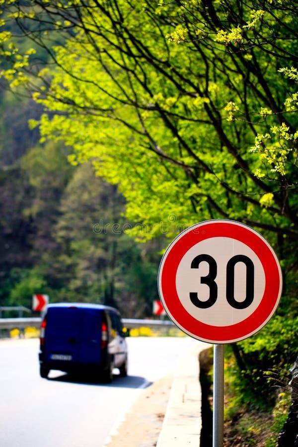 Segno limite di velocità sulla strada ad alta montagna immagini stock