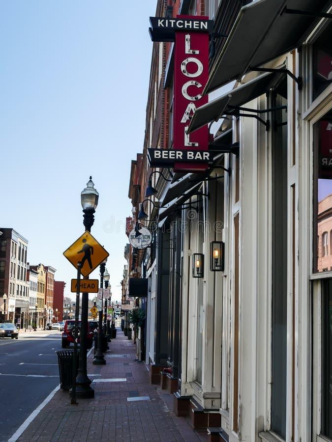 Segno locale della birra, della barra e della cucina su Washington St a Norwalk fotografia stock