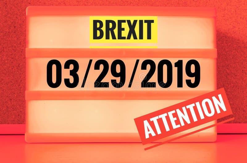 Segno luminoso con l'iscrizione in inglese Brexit e 03/29/2019 ed attenzione, in tedesco 29 03 und 2019 Achtung, simbolizzante w fotografia stock
